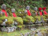 Steinfiguren mit Lätzchen